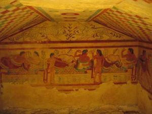 Versierd etruskisch graf foto m spaltman