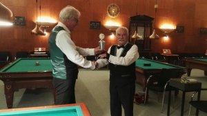 Voorzitter Kalter reikt de wisselbeker uit aan kersverse kampioen Smit